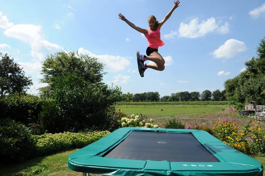 trampoline in tuin
